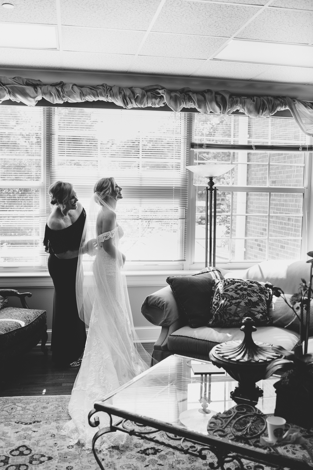 Memphis wedding photographer ALN Images captures Ramsay Laughlin with her mom, Paige before the ceremony.